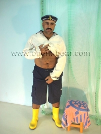 A young very hairy turkish Bear with a rock hard Cock in a turkish Gay Porn Video. His Body is very horny hairy. His Cock is like a One and has the full Bush. In this turkish Gay Porn Video he plays a Sailor with yellow Rubber Boots.