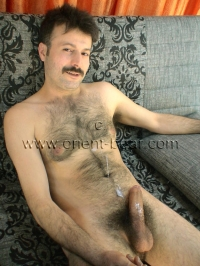 In this turkish Gay Video you can see an horny naked hairy Turk with a perfectly hairy Body, a big Cock with a big Cock Head and a huge big black Bush.