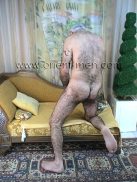 A older turkish Silver Daddy with a thick Mustache and a very big Cock, a very big Coch Head and a very hairy Ass in a turkish Gay Video. His whole furry Body is very, very hairy from top to bottom.