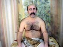 Hueseyin - a naked older turk jertks off in a turkish gay video. (id106)