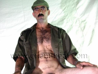 Cumaali - a turkish gay plays a half-naked soldiers and has a lot of cum in the cumshot. (id658)