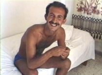 Ali B. a young kurdish man with a huge black bush wanks naked in the shower. (id998)